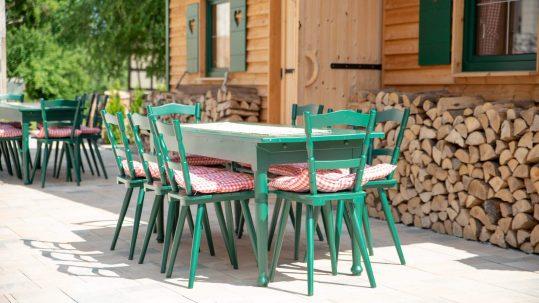 Landhotel Klozbücher Ellwangen-Eggenrot Außenbereich Stühle
